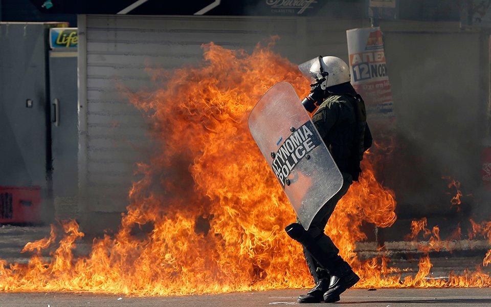Επεισόδια με μολότοφ και χημικά στις συγκεντρώσεις στο Κέντρο της Αθήνας – Στις συγκεντρώσεις συμμετέχει και ο Τσίπρας