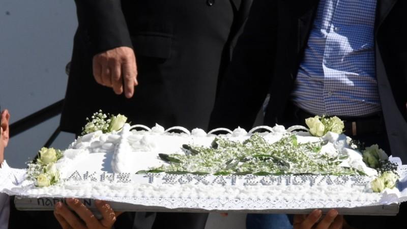 Το τερμάτισαν στο μνημόσυνο του Άκη Τσοχατζόπουλου: Έβγαλαν κόλλυβα με τον ήλιο του ΠΑΣΟΚ! (Φωτο)